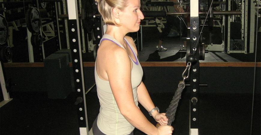 Tríceps com polia alta, mãos em pronação