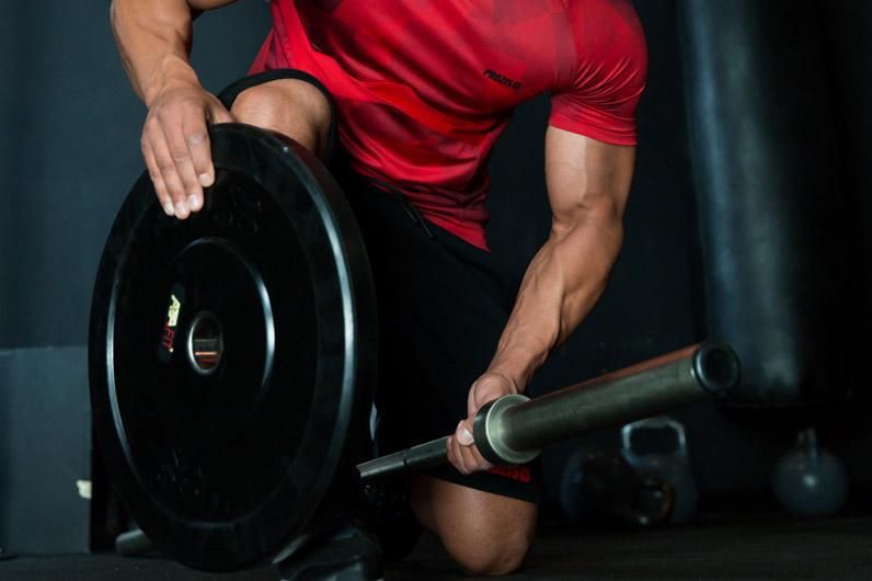homem a fazer musculação