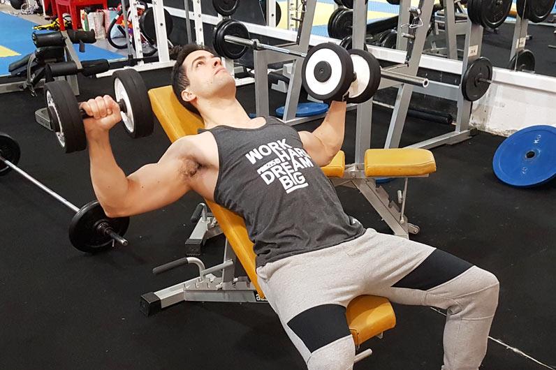 Exercícios peito: supino inclinado com halteres - hipertrofia muscular
