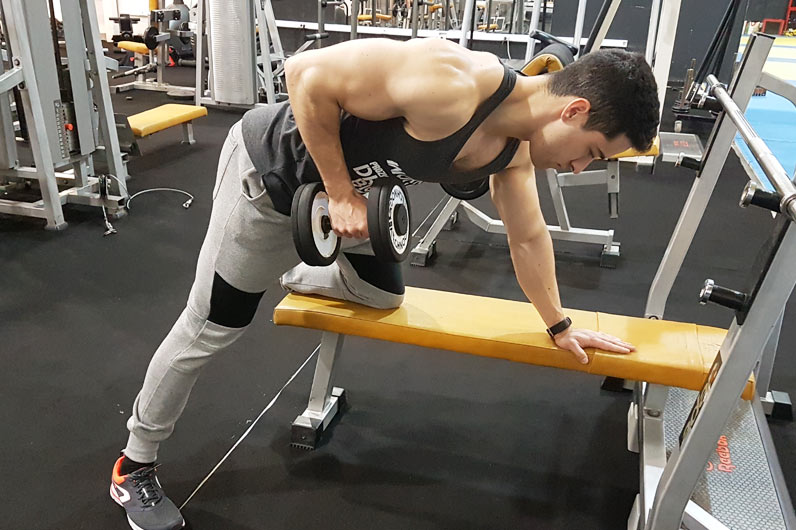 Exercícios costas: remada unilateral com haltere