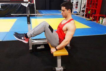 Exercícios abdominais: Abdominal com elevação dos joelhos sentado no banco