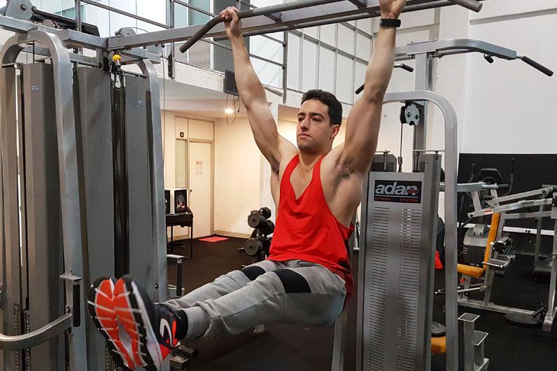 Exercícios abdominais: Elevação de pernas em barra fixa