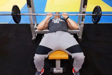 Exercícios braços: Supino com pegada fechada