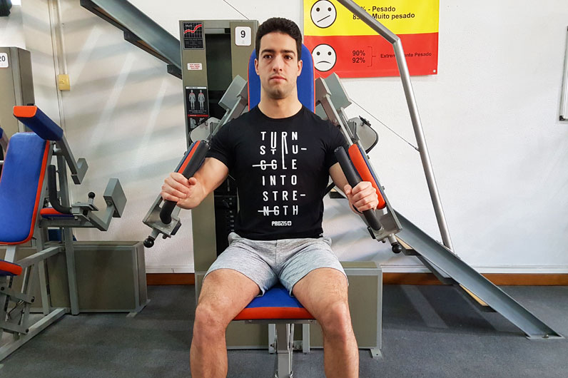 Exercícios ombros: Levantamento lateral com aparelho