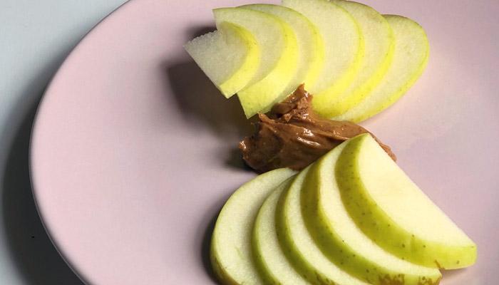 Receitas saudáveis para emagrecer: Maçã com manteiga de amendoim