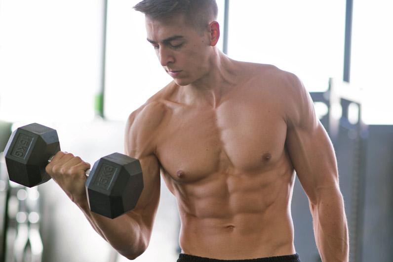 Esercizi per le braccia – Flessioni con manubri