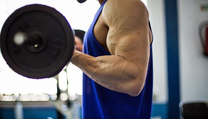 Qual é a relação entre frequência, volume e intensidade em hipertrofia muscular?
