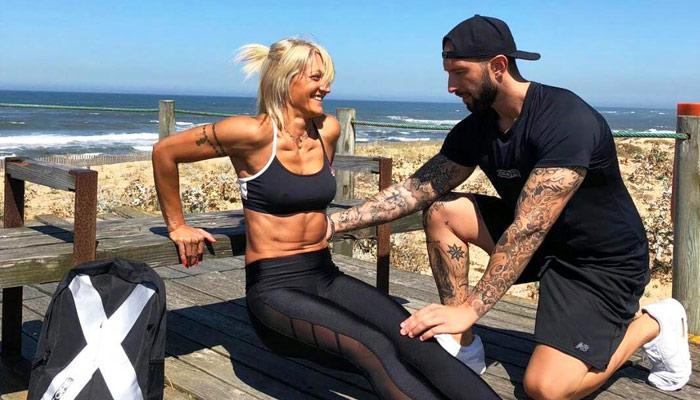 Afundos com cotovelos juntos para triceps - exercícios na praia